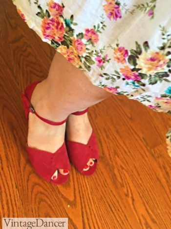 1940-1950s red wedge heel shoes with floral wedges. So cute! Co comfy!