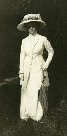 Edwardian, Gibson Girl era, white walking suit and hat. Lovely!
